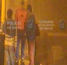 Video: intentaron robarle mientras dormía en la parada del colectivo