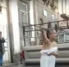 Video: peleó semidesnuda con policías de tránsito en la calle