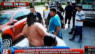 Se enfrentó a los inspectores porque le secuestraron el auto mientras dormía borracho dentro de él