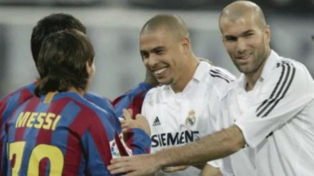 [FOTO] Messi acompañado de su hijo presenta su museo personal de camisetas